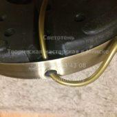 Пропускаем электрический провод через отверстие в металлическом основании торшера