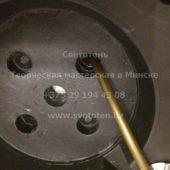 Пропускаем электрический провод через отверстие в основании, в которое будет монтироваться та ножка торшера, где находится вторая часть этого провода